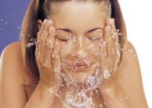lavarse la cara con agua